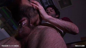 Лесбияночки спрятались в спальне и занялись оральным порно