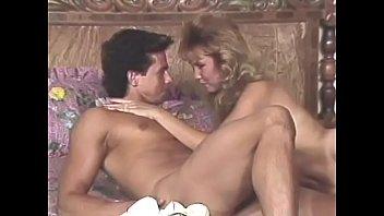 Красивенькая модель обожает порку в задница и мужик растягивает ее дырочку членом