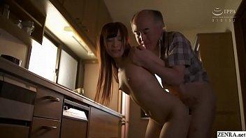 Пацанчик успевает подержаться за дойки азиатки во время сношения