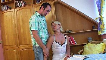 Похабная мачеха с крупными грудями поебалась с юным пасынком