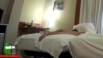 Длинный пацанчик уложил старую супругу на кроватка и от имел ее