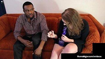 Женатый молодчик имеет в анальное отверстие резиновую куклу для трахали