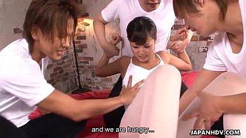 Две молодые лесбиек в диванчика организовали вечерок кунилингуса