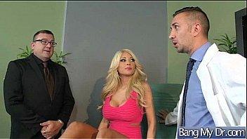 Начальник и его любовники по бизнесу создали секс оргию с пышногрудой секретаршей в очках